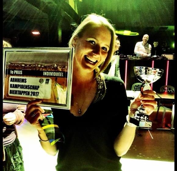 Eva Vulperhorst beste biertapper van Arnhem